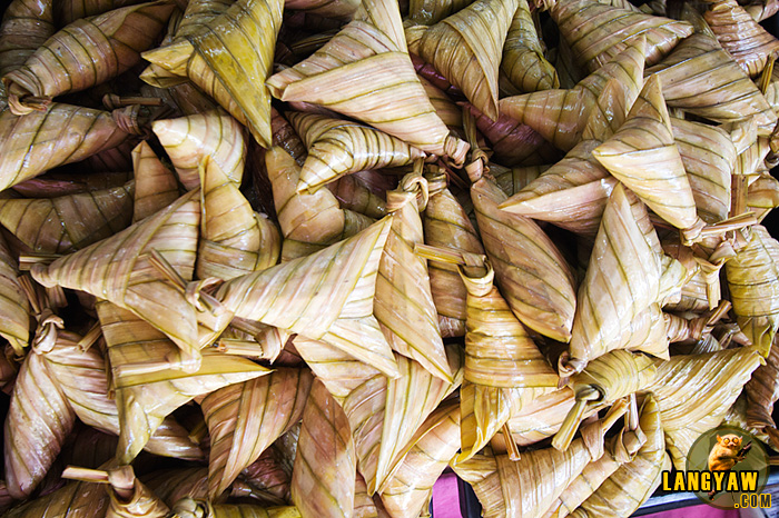 Wrapped sticky rice cakes at the Pekan Rabu market