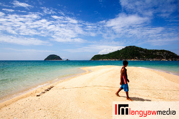 White sand, white sand and more white sand with  postcard pretty views of Cabugao Dako and Isla Gigantes Sur