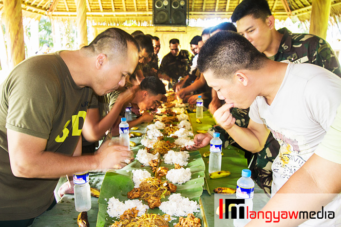 After a tiring trek back to the camp, we had late lunch with our hosts. Boodle fight!