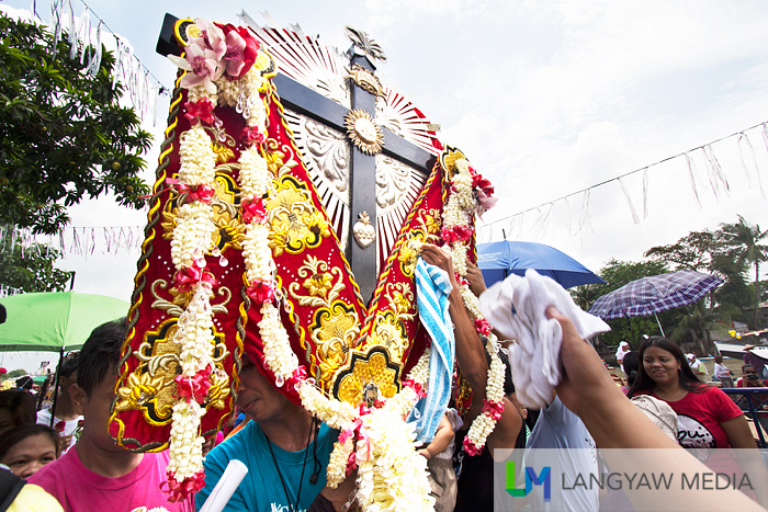 The Mahal na Poon ng Krus sa Wawa being venerated by the faithful