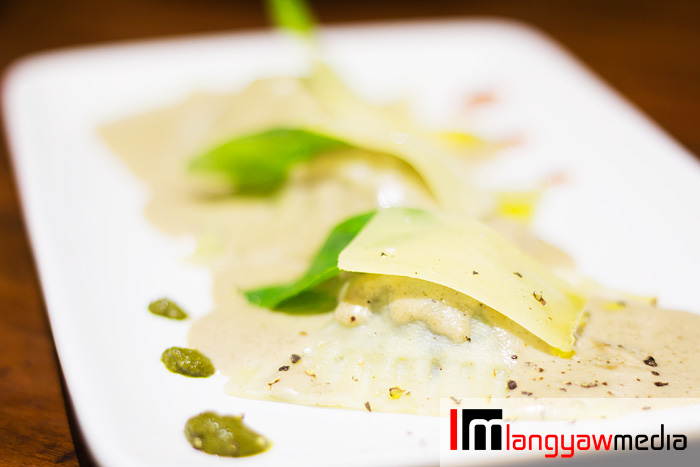 Ravioli: spinach with truffle oil and garlic, topped with basil leaf and shaved parmesan cheese. It also has a subtle truffle cream. Dotted with tomato paste and capsicum at one side, pesto sauce at the other side