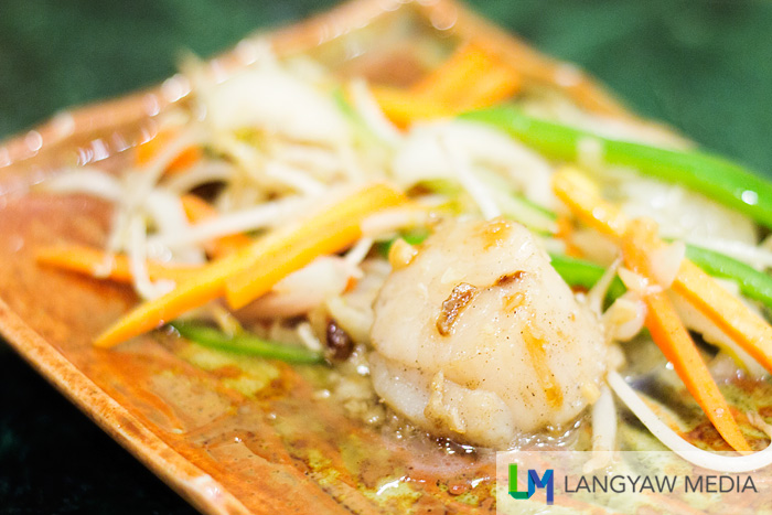 Fresh sea scallops with vegetables in ginger sauce