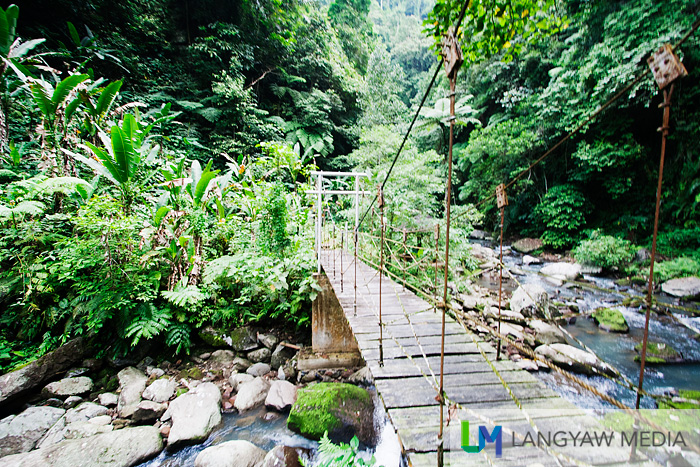 A mini hanging bridge along the trail to the waterfall