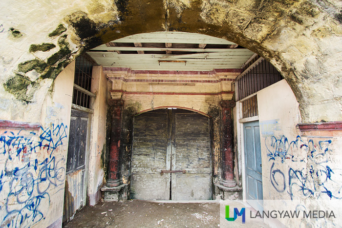 An unidentified adndd abandoned Spanish colonial era building, with this interesting main entrance. It is just beside the wide river.