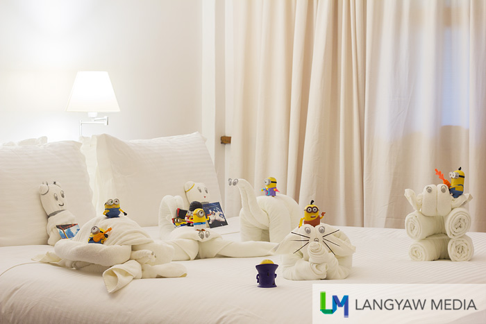 It was time to sleep but when the Minions saw the towel animals on the bed, they just have to play with these!