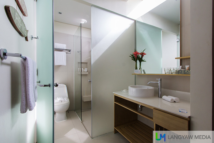 Toilet and bath of the Junior Premier Suite