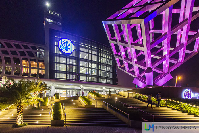 Night shot of  the main entrance and Cube