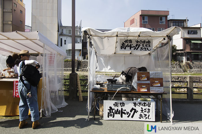 Portable stalls covered with plastic and cloth for this woman who sells some foodstuff