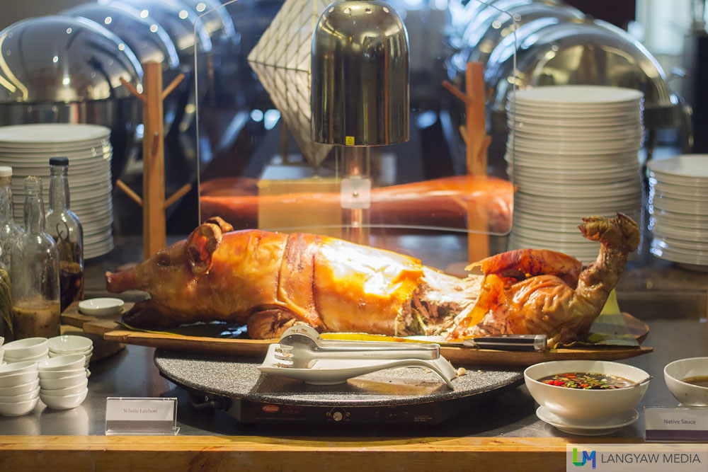 Sumptuous lechon for Sunday lunch buffet. The skin, especially at the shoulder part is so good I had to go back and slice off some pieces. It's well seasoned and just so crispy, while the meat is tender and flavorful too!