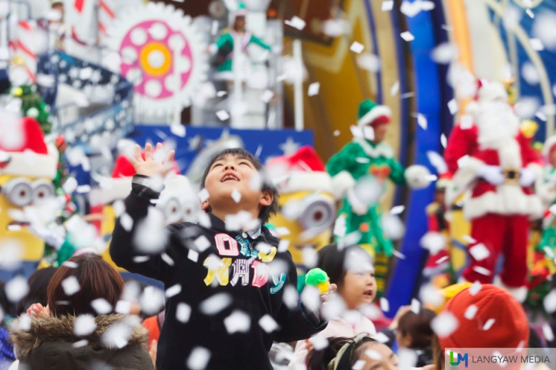 Moms and kids will surely have a great time at the Happy Surprise show at the open ground near the Christmas Tree. Its a beautiful show especially for children and mothers.