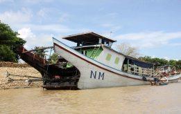 Traditional shape boat, Irrawaddy