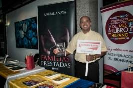El escritor Aníbal Anaya promociona su libro.