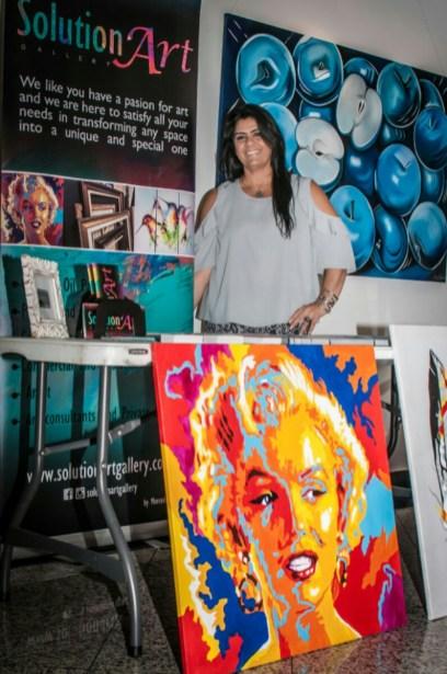Mercedes Prieto muestra las hermosas obras de su galería.