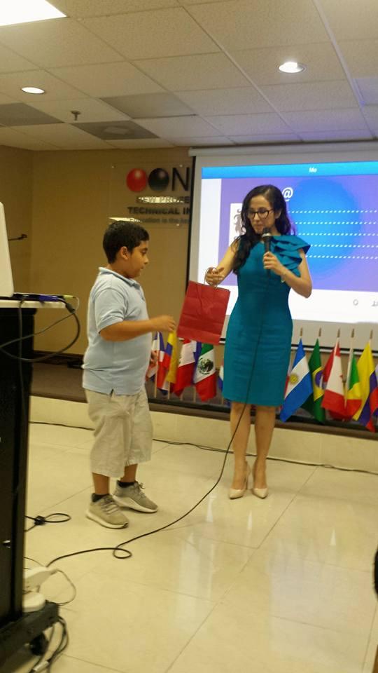 """Jhonatan Baldó ayuda a Drelly Ríos durante la conferencia """"Social Media para Autores""""."""