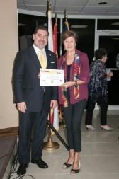 La escritora Isabel Cintas recibe de Carlos Montes de Oca su reconocimiento como finalista del concurso.