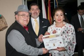 Pilar Vélez entrega el diploma al escritor Fernando Salmerón, ganador del segundo lugar.