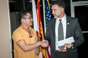 Luis Xalin, ganador del primer lugar, recibe de Luis Guillermo Castillo, gerente de comercial de la aerolínea PAWA sus boletos para viajar a República Dominicana.