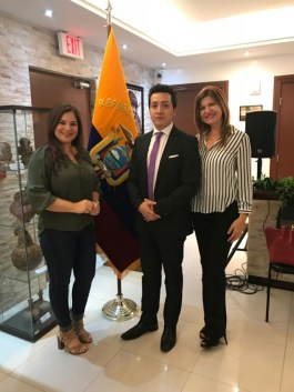 Rosana Cantillo, directora de Ventas y Publicidad de La Nota Latina, el Cónsul Gustavo Velásquez y Marybel Torres, CEO de La Nota Latina.