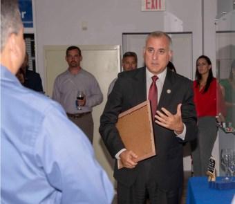 Armando Morales recibe su reconocmiento de parte del comisionado de Miami Dade Esteban Bovo.