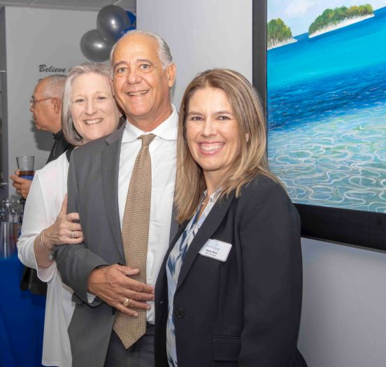 Susan Johnson Directora de Enfermería Assisting Hands Miami, Peter Busse Cliente Assisting Hands Miami, María Ruiz Ofice Manager Assisting Hands Miami.