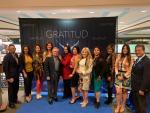 Alejandra Fuentes premio con gratitud
