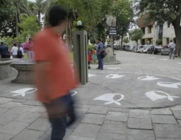 La memoria no se borra: volvieron a pintar los pañuelos en la plaza de Salta