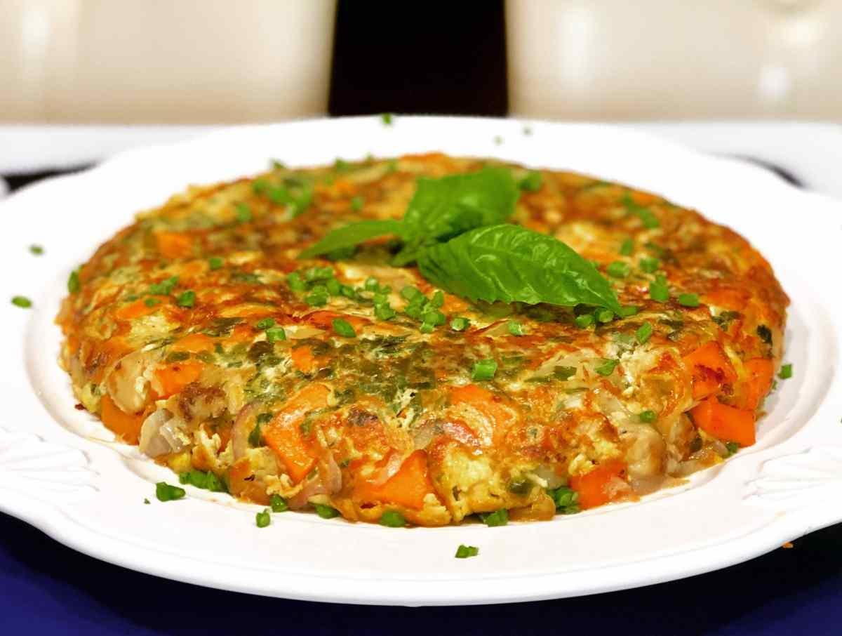 Frittata de batata, cebolla, berenjena y albahaca