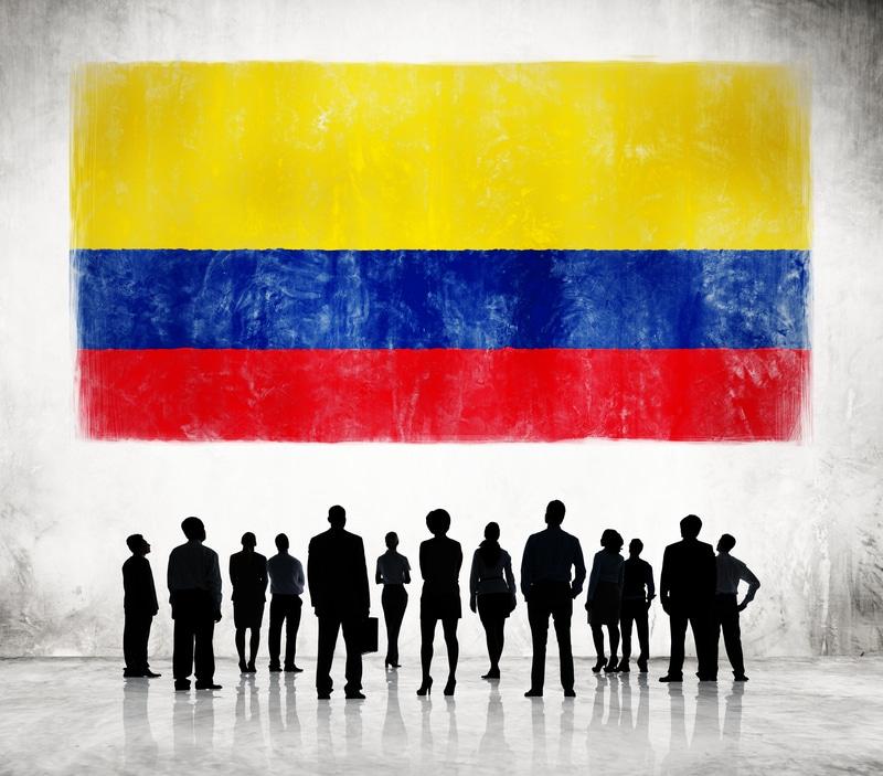 Publico frente a una bandera colombiana