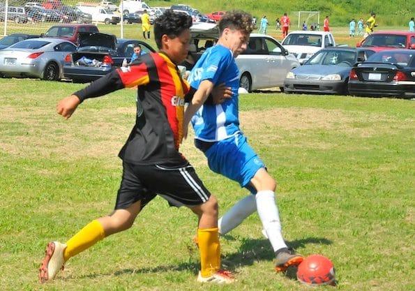 Foto de dos jugadores de: Sesoris Junior vs Leones Futbol Club