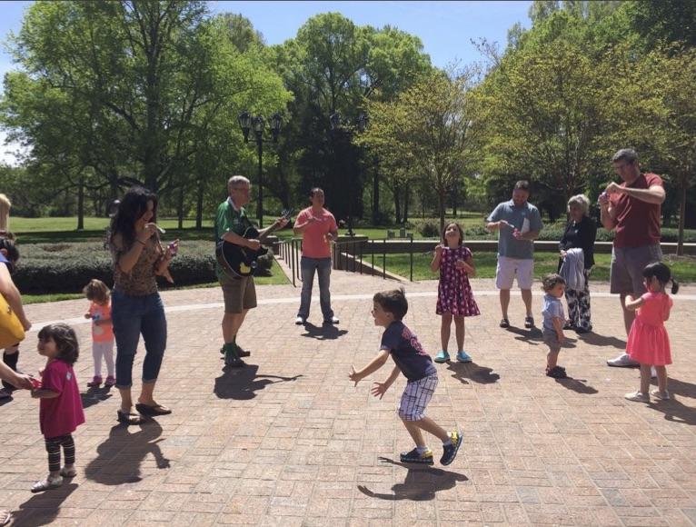 Panorama de niños y sus padres jugando