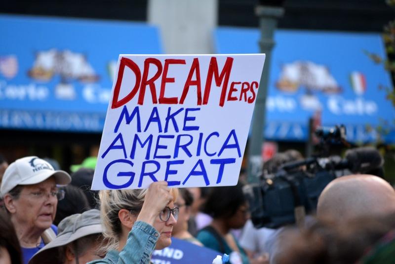 mujer en manifestación con letrero de DREAMers