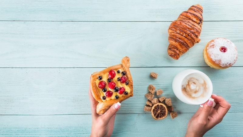 Foto de un desayuno y postres
