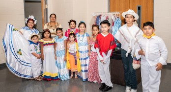 Panorama de niños vestidos con trajes típicos