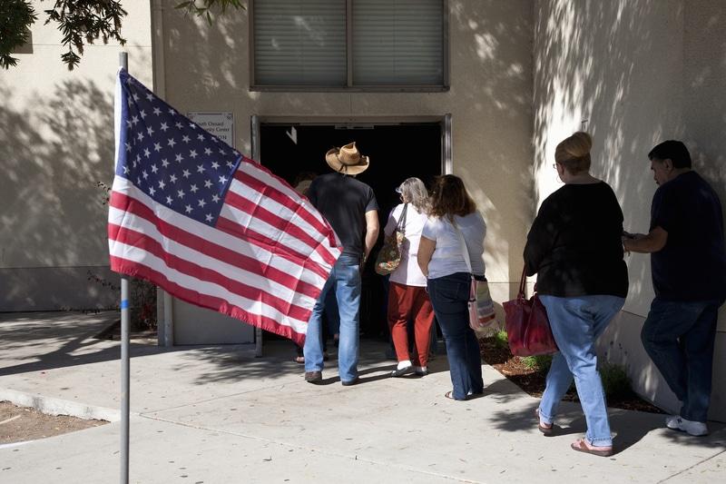 Personas entrando a urnas para votar