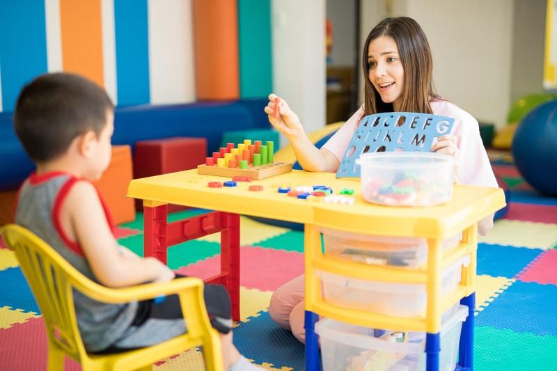 Maestar y estudiante sentados durante una lección