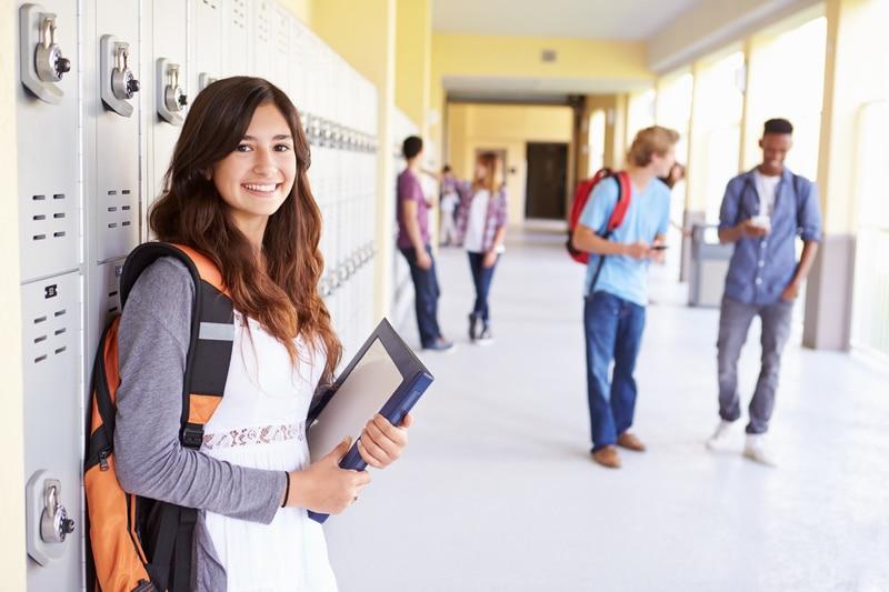Una estudiante en el pasillo de su escuela.