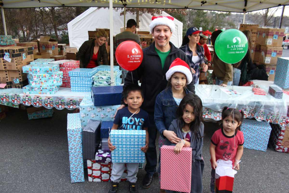 El abogado Stefan Latorre te invita a entrega de 1,500 regalos para niños latinos