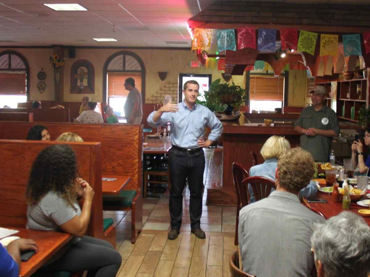 Candidato a la Casa de Representantes se reúne con latinos en Monroe