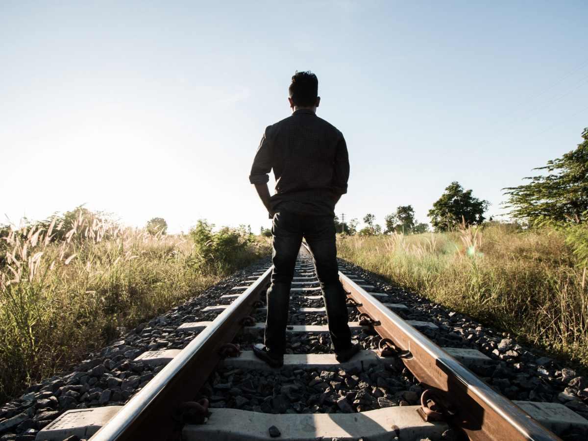 Multarán a quienes encuentren caminando o tomando fotos sobre las vías del tren