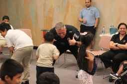 Familias latinas y oficiales de policía unen lazos con risas, juegos y comida