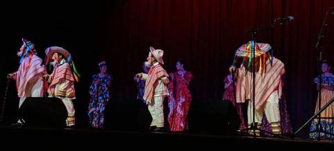 Niños del grupo Raíces abren concierto de Flor de Toloache