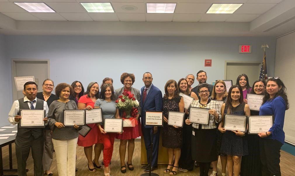18 latinos se gradúan de la Academia de Liderazgo Cívico de Charlotte