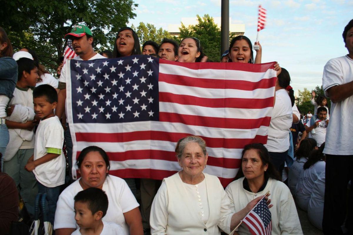 Jueces bloquean intento de poner restricciones a inmigrantes que usen programas públicos