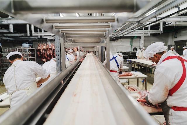 Piden tomar acción sobre brote de COVID-19 en procesadora de alimentos
