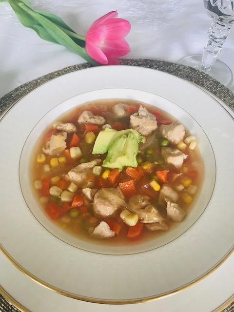 Deliciosa sopa de pollo con vegetales