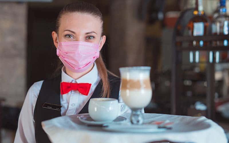 Como evitar el COVID-19 si va a comer en un restaurante