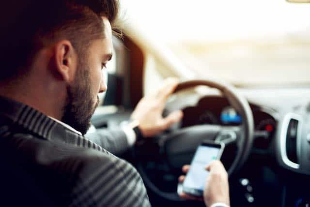 Hábitos peligrosos que conductores hacen mientras conducen