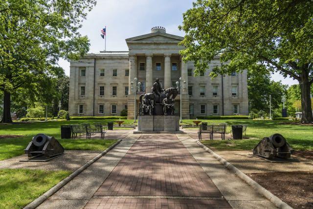 Gobernador de Carolina del Norte ordena que se retiren monumentos confederados en Raleigh