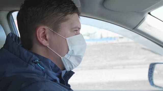 ¿Debes usar mascarilla dentro de tu auto?