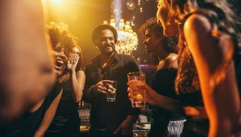 COVID-19: bares, estadios y conciertos, los sitios de mayor contagio